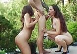 Carloine Pierce a Richelle Ryan obslouží společně jedno péro