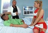 Zdravotní sestřička Bibi Noel ve švédské trojce s pacientem a doktorem